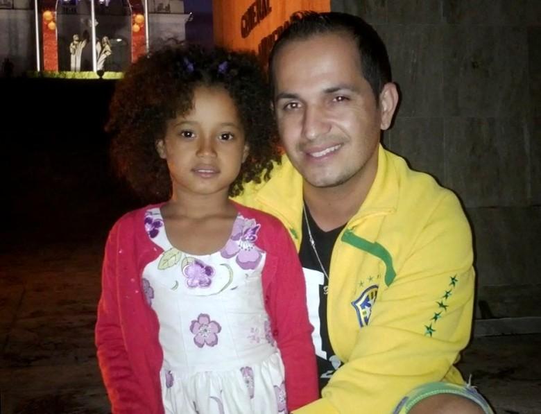 Josanias Rodrigues Barbosa com a filha de sete anos, a haitiana Mariana Lara