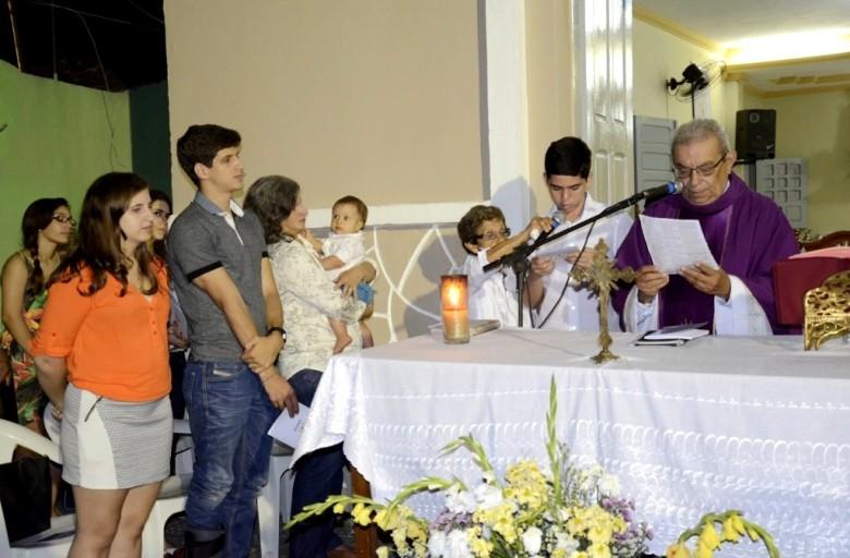 A viúva Renata Campos e os filhos do ex-governador, João, Eduarda e Miguel acompanhando a missa celebrada pelo padre Luiz Gonçalves de Farias | Foto: Carlos Galhardo