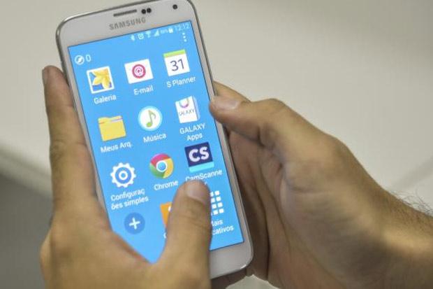 O celular para navegar na rede era usado em 80,4% das casas com acesso à internet, já o computador para esse fim estava em 76,6% desses domicílios e teve queda na comparação com 2013 (88,4%). Foto: Agência Brasil/Divulgação