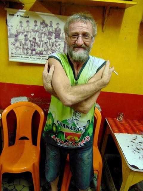O popular Faé, dono de um bar muito movimentado à noite, varando pela madrugada, ironizando o frio de Surubim   Foto: Surubim News
