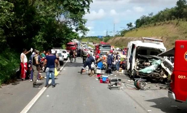 Veículos colidiram no km 97 da BR-408, próximo à Arena de Pernambuco. Impressora caiu na rodovia, e ambulância atingiu um ônibus que tentou frear.   Foto: Foto: Corpo de Bombeiros/Divulgação