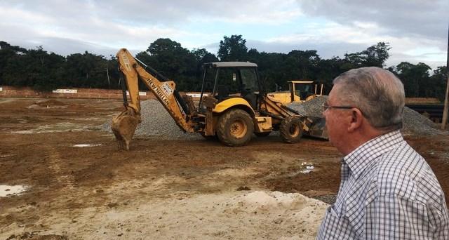 João Caixero confere de perto obras do centro de treinamento do Santa Cruz. (Foto: Juan Torres)