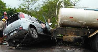Fiat Uno bateu atrás de caminhão-pipa. Por causa das chuvas, a pista estava molhada no momento do acidente (Foto: Reprodução/ WhatsApp)