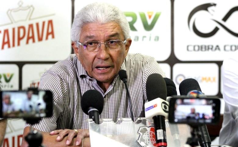Givanildo Oliveira prometeu cobrar da diretoria uma regularização no pagamento dos salários (Foto: Marlon Costa / Pernambuco Press)