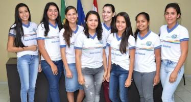 As alunas de Casinhas selecionadas pelo PGM 2017 foram saudadas na Câmara de Vereadores na sessão plenária da última quarta-feira (9) (Foto: Henrique Silva)