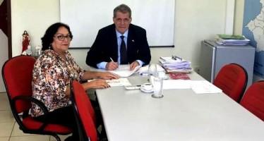 Secretário de Agricultura de PE, Nilton Mota autorizou mais 100 litros diários de leite para Casinhas. (Foto: Divulgação/Reprodução)