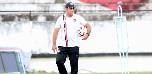 Marcelo Martelotte vai trabalhar como psicólogo nesta semana para tentar mudar rumo do Santa Cruz (Foto: Marlon Costa / Pernambuco Press)