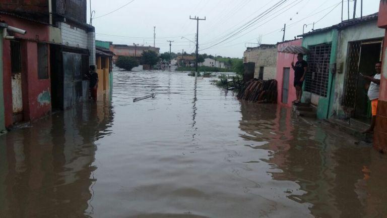 Canal no Bairro Bela Vista transbordou e a água invadiu residências (Foto: Reprodução/ WhatsApp)