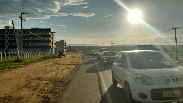 Veículos que acompanhavam o cortejo, interditaram uma das faixas da Rodovia PE-90 (Foto: Luciano Gonçalves/ Divulgação)