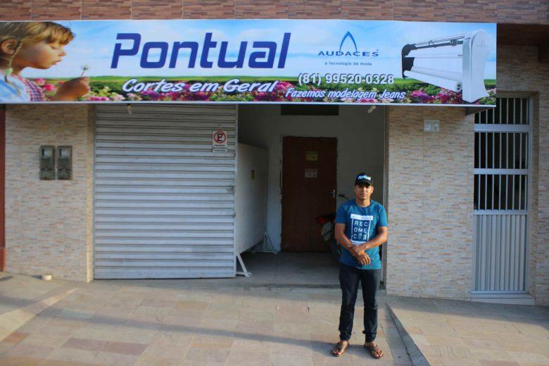 Oziel Gomes, administrador da Pontual (Cortes Em Geral), localizada na Avenida Jerônimo Miranda de Melo. | Foto: Lulu/Surubim News