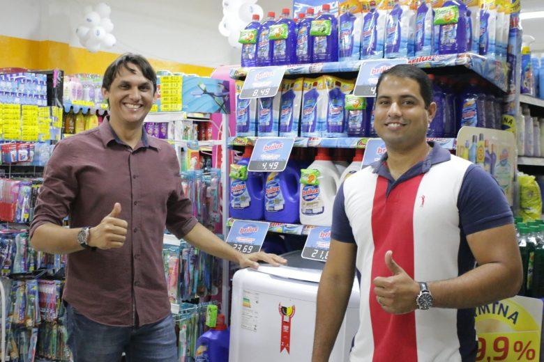Gilson Barros e Adriano César: vendedores Brilux. | Foto: Lulu/Surubim News