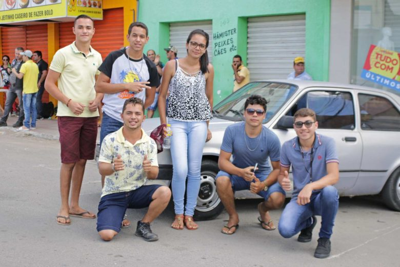 Antoniel da Silva, de 18 anos, ao lado dos seus amigos de Bom Jardim. | Foto: Lulu/Surubim News