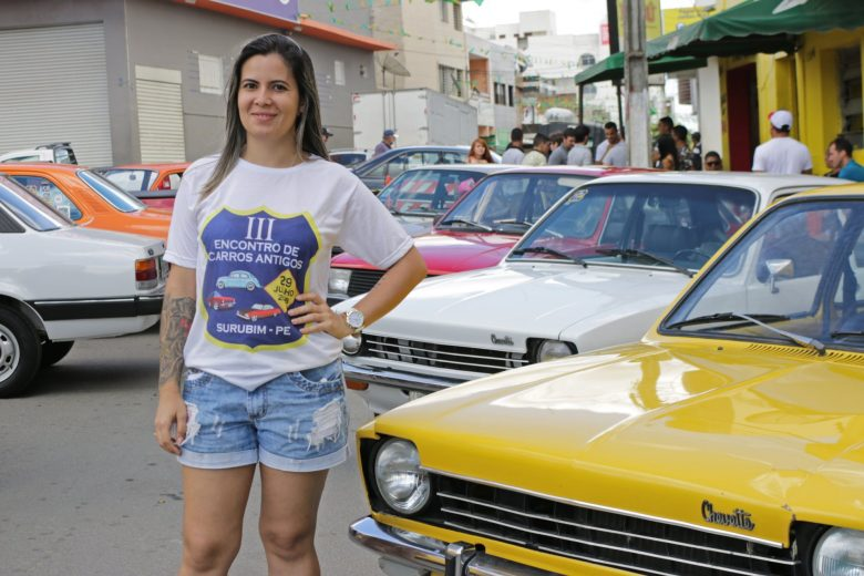 Adrielma Ramos, organizadora do Encontro de Carros Antigos e amante de Chevettes. | Foto: Lulu/Surubim News