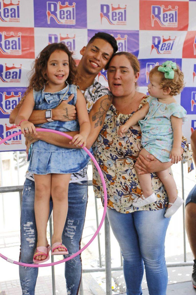 Devinho Novaes e seus fãs durante inauguração da Real Calçados em Surubim. | Foto: Lulu/Surubim News