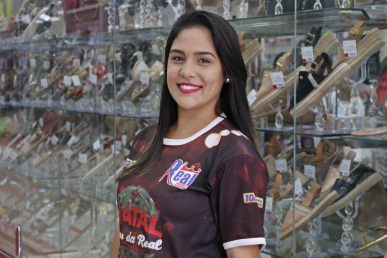A simpática vendedora da Real Calçados, Luana Nascimento. | Foto: Lulu/Surubim News