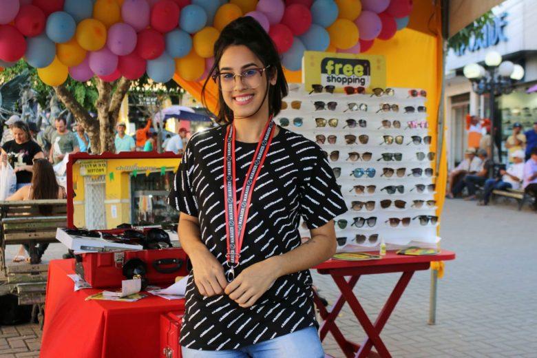 A bela vendedora de Chilli Beans, Crisllainy Santana, atuando na Praça Dídimo Carneiro. | Foto: Lulu/Surubim News