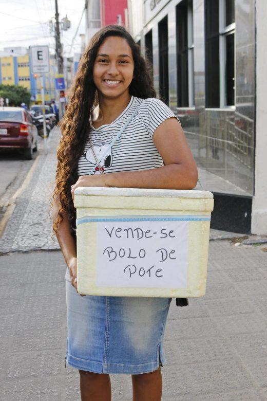 Amanda Fernanda (de 19 anos) e seus deliciosos bolos de pote, no Centro de Surubim. | Foto: Lulu/Surubim News