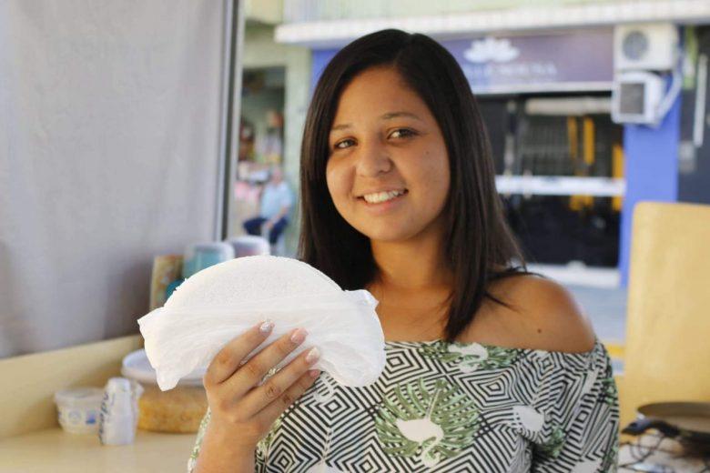 Karine Camile exibindo uma das suas deliciosas tapiocas. | Foto: Lulu/Surubim News