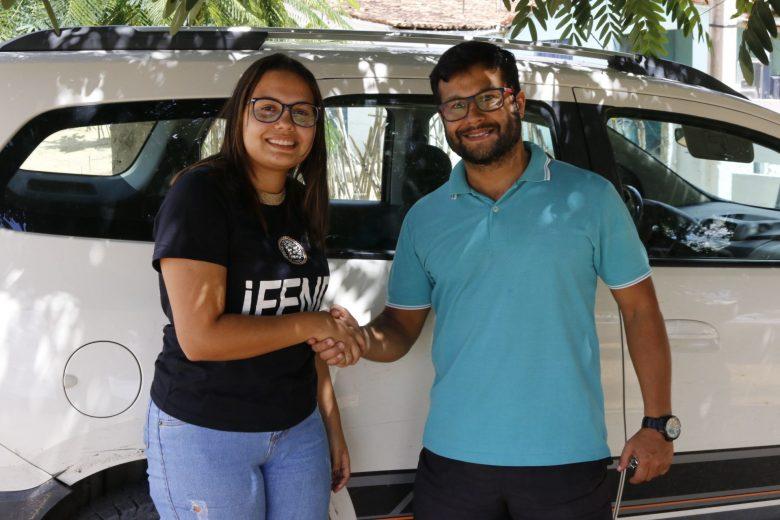 Acordo de um seguro entre o corretor Marcos Túlio e uma cliente. | Foto: Lulu/Surubim News