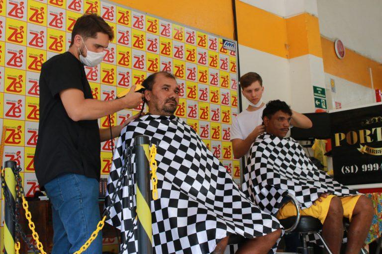 Ação solidária de corte de cabelo e barba, promovida pelo Mercadão do Zé, em parceria com a Barbearia Portella. | Foto: Lulu/Surubim News
