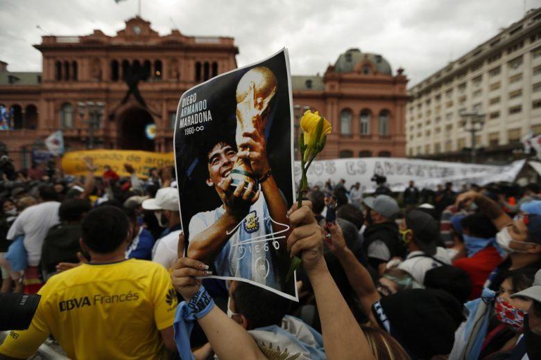 Argentinos se despedem de Maradona na Casa Rosada — Foto: AP Photo/Natacha Pisarenko